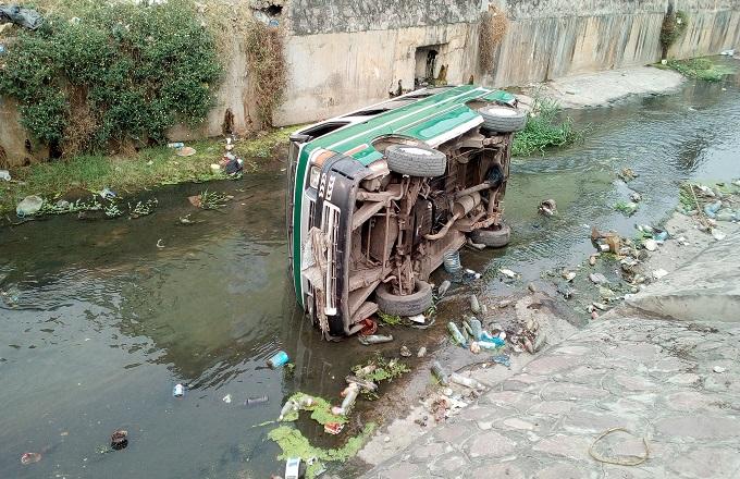 Congo – Circulation routière : un chauffeur précipite son bus dans la Mfoa