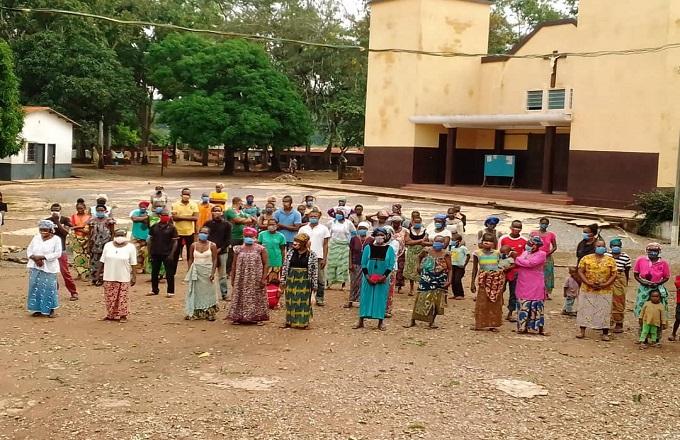 Congo : « Allez, on met les masques »… A l'église catholique de Loutété, la messe reprend en douceur