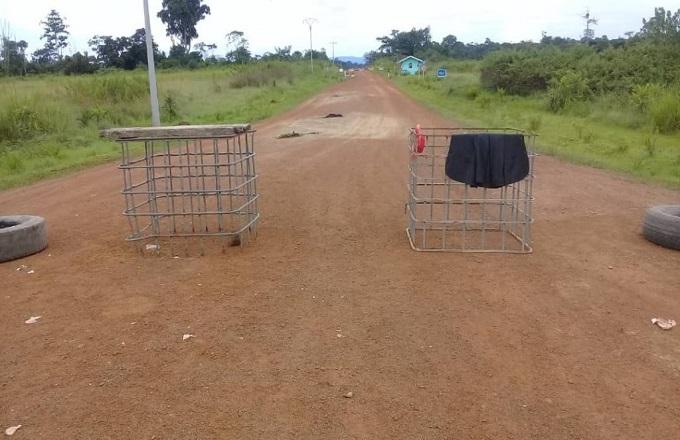 Les villageois de Longo érigent des barricades contre la société forestière Edgard Service