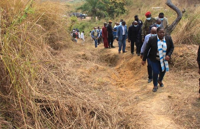 Destinée Hermela Doukaga  visite les grottes de Nkila-Ntari