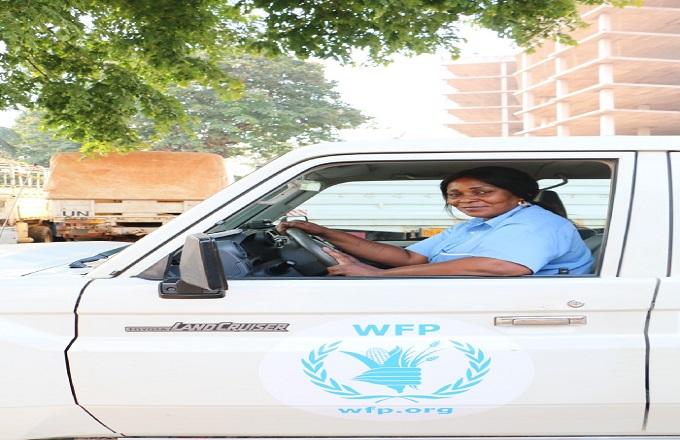 Virginie Nkouka première femme chauffeur de bus au Congo est en train de passer son permis poids lourds
