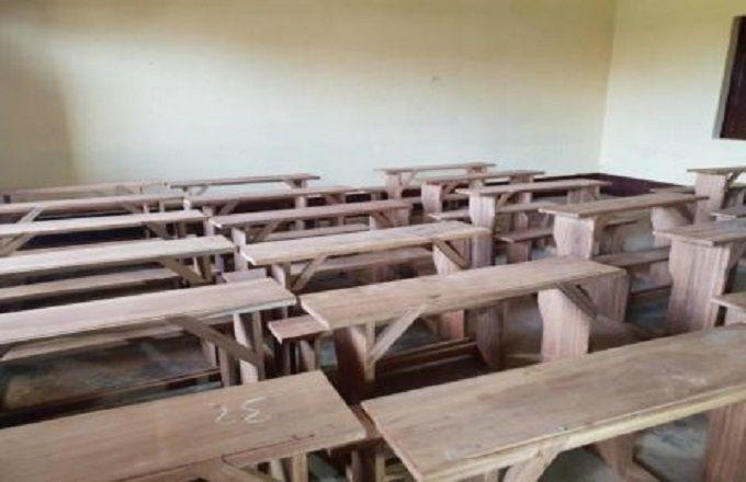 Dolisie : Le directeur départemental de l'économie forestière du Niari fait don de 50 tables bancs à l'école primaire du grand marché